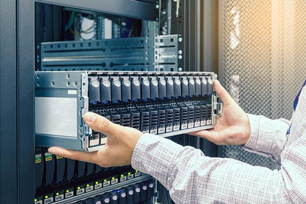 Серверы отличаются в основном размерами, производительностью, надежностью и энергопотреблением.( подбор серверного оборудования )